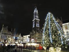 De grote kerstboom van de Grote Markt in Antwerpen aan het stadhuis, met de kerstmarkt en de feestlijk verlichte kathedraal (Koen Meessens) Tags: wintervanantwerpen schelde stadhuis kerstmis kerstsfeer antwerpen centrum lichtjes kerstboom kerstmarkt