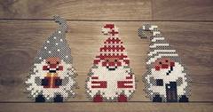 🎄 Petits lutins de noël 🎄 (Claire Coopmans) Tags: lutins noel christmas xmas perle perles perler petit small hamabeads hama pixels pixelart pixel belgique belgium elf lutin elfs gift