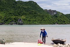 Návrat s úlovkem (zcesty) Tags: vietnam17 skála moře loď krajina domorodci vietnam catba dosvěta hảiphòng vn