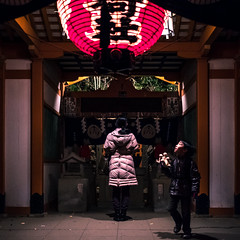 At the temple - Tokyo, Japan - Color street photography (Giuseppe Milo (www.pixael.com)) Tags: streetphotography night urban child candid street photography mother city religion temple japan tokyo photo bunkyōku tōkyōto jp onsale