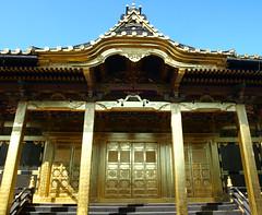 Golden doors (DameBoudicca) Tags: tokyo tokio 東京 japan nippon nihon 日本 japón japon giappone ueno 上野 上野東照宮 tōshōgū toshogu 徳川家康 tokugawaieyasu tokugawa 徳川 shinto 神道 金色殿 goldenhall