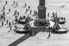 Piazza del Popolo... (Blende1.8) Tags: piazzadelpopolo piazza rome roma rom italia italy menschen street puplic patz platz plätze shadows schatten obeliscoflaminio travel sightseeing pointofinterest people carstenheyer tourists einheimische streetlife löwen lions movement live life
