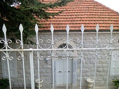 Maison blanche du Kesserwan (Gilbert-Noël Sfeir Mont-Liban) Tags: kesserwan montliban liban mountlebanon lebanon haus maison house weiss blanc white toit tuiles roof