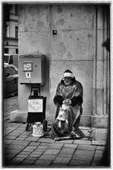 Merry Christmas 2017, He brought home the bacon. (TM1ka) Tags: monochrome blackandwhite noiretblanc sw bw street streetphoto urban tm1ka vienna austria m42 minolta9000 analog merrychristmas agfa apx100 pentaconelectric1850multicoatingm42redversion