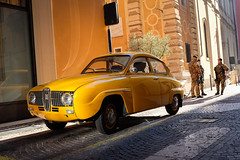 (Roberto Spagnoli) Tags: streetphotography fotografiadistrada saab yellow color people soldier militare car verona italy fujix100t giallo oldcar