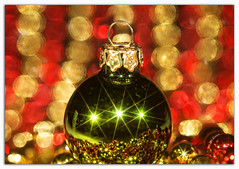 Bauble Bokeh (Silke Klimesch) Tags: macromonday memberschoicetheme bokeh mm hmm happymacromonday macro closeup christmas bauble ballchain red gold green starfilter xmas weihnachten weihnachtskugel christbaumkugel sternfilter gitterfilter noël bouledenoël natale pallinadinatale navidad natal crăciun joulu jul julgranskula jól χριστούγεννα karácsony рождество makrofotografie nahaufnahme olympus omd em5 mzuikodigitaled60mm128macro microfourthirds on1 on1photoraw2018