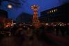Weihnachtsstimmung (05) (Rüdiger Stehn) Tags: canoneos550d 2000er 2017 2000s rüdigerstehn kiel leute strase menschen stadt europa mitteleuropa deutschland norddeutschland germany schleswigholstein winter asmusbremerplatz innenstadt bauwerk kielvorstadt weihnachten adventspyramide weihnachtspyramide