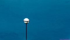 Piscina. 03. Morro Jable, Fuerteventura, septiembre 2017. (Jazz Sandoval) Tags: 2017 elfumador españa exterior enlacalle azul búsquedas búsqueda contraste color canarias calle curiosidad colour curiosity city ciudad digital day dìa fotografíadecalle fotodecalle fotografíacallejera fotosdecalle farola fuerteventura geometría gráfico geometrías geometry geometrìa agua islascanarias ilustración jazzsandoval luz light blue una morrojable piscina equilibrio streetphotography streetphoto unica ùnica white water