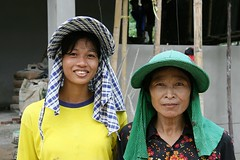 construction worker ladies (the foreign photographer - ฝรั่งถ่) Tags: two construction worker ladies khlong thanon portraits bangkhen bangkok thailand canon