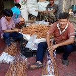 Filling the bags, these men say this is not a food: it is a herb - Maloom - that can be good with fish, but it can also be used to refresh the skin. thumbnail