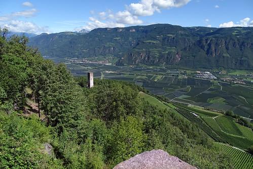 Blick von Hocheppan zum Getreideturm