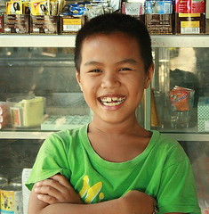 happy boy in a convenience store (the foreign photographer - ฝรั่งถ่) Tags: happy boy big smile laugh convenience store khlong thanon portraits bangkhen bangkok thailand canon