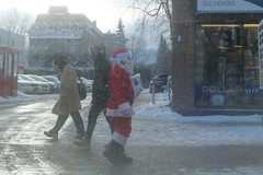 #Coup de chance pour #Flickr Friday (nicoleforget) Tags: trottoir père nöel flickr friday sundaylights christmasspirit