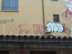 694 (en-ri) Tags: poker mo mosd arancione nero rosso bianco arrow bologna wall muro graffiti writing throwup