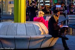 Piazza Gae Aulenti: un accogliente punto di sosta e lettura (Gian Floridia) Tags: milano piazzagaeaulenti barba beard lady lettura pink rosa signora sosta streetphotography tramonto lombardia italy it