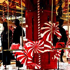 Paris - Vitrine des Galeries Lafayette. (Gilles Daligand) Tags: paris vitrine magasin galerieslafayette cheval manege rouge leicaq