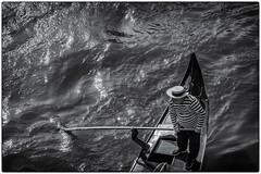 Fin de journée pour le gondolier ! (bertranddorel) Tags: venise gondole noiretblanc streetphoto street gondilier canaux mer sea bnw bw bn blackandwhite contrast light lumière rayures chapeau canotier rame venice italia europe