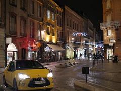 Toulouse, Place St Etienne - Noël 2017 (gregory.tetsios) Tags: toulouse noël placestetienne nuit lumière rue photograpgiederue street streetphotography night light christmas car city building panasonicdmcgx8 panasonic gx8 lumix lumixgx8 leica dg summilux 25f14 leicadgsummilux25f14