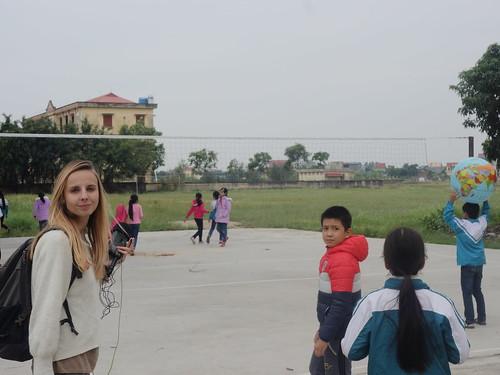Sur le terrain de volley-ball à côté de l'école élémentaire.