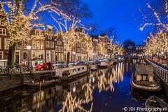 Spiegelgracht (JdJ Photography (www.jdj-photography.nl)) Tags: spiegelgracht amsterdamcitycenter amsterdam nederland netherlands europa europe avond evening night blauweuur bluehour gracht canal grachtenpanden canalhouses reflectie reflection boten boats verkeer traffic kerst christmas