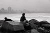 Foto- Arô Ribeiro -9363 (Arô Ribeiro) Tags: brazil santos blackwhitephotos photography laphotographie blackandwhite fineart art nikond7000 thebestofnikon nikon dog cachorro praia