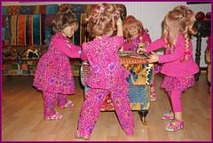Anne-Moni hat eine Meldung auf der Hand ... (Kindergartenkinder) Tags: kartenspiel karten kindergartenkinder annette himstedt dolls sanrike tivi annemoni milina