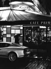 (Eric Jan Zen) Tags: primerose café night nuit pluie rain parapluie umbrella nikkor 50mm f2