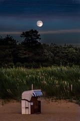 Mondlicht (Roger Armutat) Tags: cuxhaven vollmond strandkorb strand sahlenburg norddeutschland germany deutschland moonlight moon natur schilf sony a7ii wolken clouds abendhimmel nachthimmel landschaft tourismus