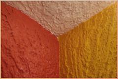 Entrant ou sortant ? (Pi-F) Tags: coin triangle couleur jaune beige rouge orange effet optique crépi texture peinture symétrie
