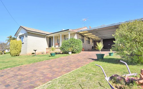 7 Charles Cr, Young NSW 2594