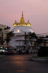Wat Saket (fredMin) Tags: temple sunset beauty stupa chedi travel asia fujifilm thailand bangkok xt1 56mm
