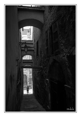 ...dans la ruelle... (iandub74) Tags: etroit citadelle vauban hautealpes streetart white black blanc noir blackandwhite noiretblanc street rue ruelle briançon iandub74 iandub