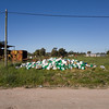 Fotos móviles #443 (Rubén Pinella) Tags: bidones pastizal poste chatarra cable rubénpinella mugre basura