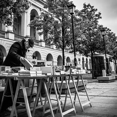 książka? (Marco Sky) Tags: libro venta ambulante puesto varsovia nowyswiat polonia nikon d5300 blancoynegro señor frio gris airelibre