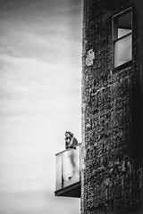 Pôvre Roméo..... Juliette habite au 15ème étage d'une tour.... Plus possible de lui clamer son amour de vive voix..... (Isa-belle33) Tags: architecture wall mur balcon woman phone femme bnw monochrome fujifilm blackwhite blancetnoir blackandwhite bordeaux window fenêtre
