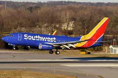 Southwest Airlines 737-790 N560WN at KCMH (Lunken Spotter) Tags: columbus ohio oh centralohio franklincounty airport airports airplane airplanes runway runways landing approach finalapproach airline airlines airliner airliners airtravel travel transportation airtransportation planespotting aviationphotography southwestairlines southwest swa wn boeing737 boeing boeing737700 boeing737790 winglet winglets n560wn shadow evening evenings winter wintertime swa5083 flight flights flying avion aviao flugzeug vliegtug