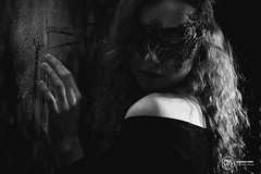 Larissa - Lightplay 7 (AH-Phototiv) Tags: fashion outfit kleidung glamour light lightplay setup lichtsetup zwei drei lichter blitz strobe flashlight model brunette curly gelockt curled hair haare posing pose mask rain rainy window people women woman frau girl