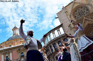 Valencian dances by the Valencia Cathedral