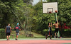 Grupo de amigos aproveita Ibirapuera para jogar basquete (fotojornalismoespm) Tags: basquete esporte amigos quadra parque ibirapuera verde cesta