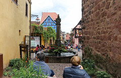 Vacances_0297 (Joanbrebo) Tags: riquewihr grandest francia fr hautrhin alsace streetscenes canoneos80d eosd efs1855mmf3556isstm autofocus font fountain fuentesfountains fuente gente gent carrers calles street people