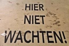 HIER NIET WACHTEN ! (just.Luc) Tags: nederland paysbas niederlande netherlands gelderland arnhem letters lettres words mots woorden floor vloer sol monochrome monochroom monotone busstation