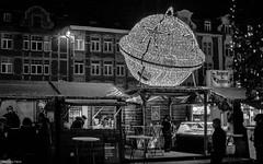 Le repère des Rennes (YᗩSᗰIᘉᗴ HᗴᘉS +12 000 000 thx❀) Tags: bn blackandwhite noiretblanc nuit night boule hensyasmine yasminehens namur namurbynight town city christmas