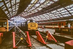 37230 Liverpool Lime Street 1M74 1st Sep 1990 (Mr Bushy) Tags: liverpool limestreet merseyside england northwestengland thenorthwest table87 scousers 1990 class37 eetype3 ee englishelectric tractor syphon growler vulcanfoundry terminus noddingdonkey brblue railblue monastralblue corporateblue lms londonmidlandscottish lnwr londonnorthwesternrailway br britishrail lmr londonmidlandregion