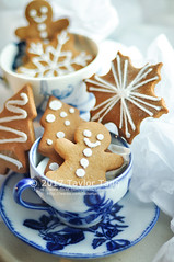Gingerbread (TailorTang) Tags: gingerbreadcookie gingerbread cookie gingerbreadman gingerbreadsnowflake gingerbreadtree christmas teacup royalicing food foodphotography stilllife 50mm 5014