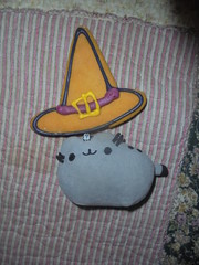 pusheen the little witch (en-ri) Tags: cappello strega witch biscuit biscotto halloween pusheenthecat gatta cat miao sony sonysti grigio nero giallo dolcetto