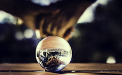 Amor se mire por donde se mire (JuanraRBB) Tags: love amor manos cariño bola ball sphere reflexes reflejos hand sweetie esfera cristal glass crystal