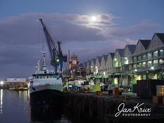 Cape Town Docks (Jan-Krux Photography) Tags: cape town docks kapstadt haven abend dark twilight abendlicht daemmerung himmel sky ships vessel schiff boot fischerei fishing olympus omd em1mkii south africa suedafrika western suedatlantik atlantic full moon vollmond explore inexplore