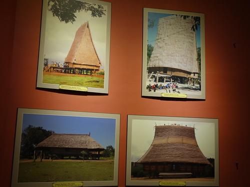 Des photos de maisons communales de villages bahnars