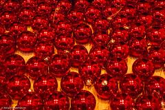 Rote Kugeln (explored 20.12.17) (J.Weyerhäuser) Tags: kugeln schaufenster rot glas sundaylights christmasspirit