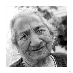 Sólo el tiempo fabrica miradas así (V- strom) Tags: blackwhite blancoynegro gente people retrato portrait portugal indanhabella mirada look mujer woman nikon nikond700 nikon2470 texturas textures brillo brightness sonrisa smile amistad friendship